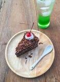 Bolo de chocolate e água de soda verde Fotos de Stock Royalty Free