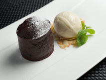 Bolo de chocolate e gelado de baunilha imagens de stock royalty free