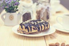 Bolo de chocolate (eclair) fotografia de stock