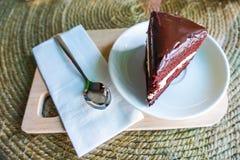 Bolo de chocolate em de madeira foto de stock royalty free