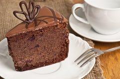 Bolo de chocolate na placa imagem de stock