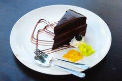 Bolo de chocolate na placa branca Foto de Stock