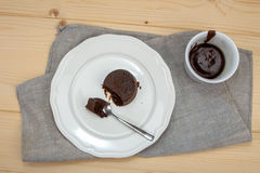 Bolo de chocolate na placa branca no pano de linho Imagens de Stock