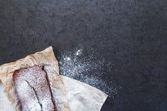 Bolo de chocolate no papel do cozimento Fotografia de Stock Royalty Free