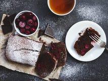 Bolo de chocolate no papel do cozimento com ingredientes Imagens de Stock Royalty Free