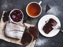 Bolo de chocolate no papel do cozimento com ingredientes Foto de Stock Royalty Free