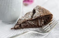 Bolo de chocolate pegajoso sueco com café Fotografia de Stock