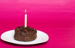 Bolo de chocolate pequeno com vela do aniversário Foto de Stock Royalty Free