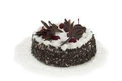 Bolo de chocolate redondo com as cerejas isoladas no fundo branco Imagem de Stock
