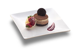 Bolo de chocolate redondo com a cookie na parte superior e na morango Imagem de Stock Royalty Free