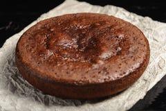 Bolo de chocolate redondo no fundo preto de madeira imagem de stock royalty free