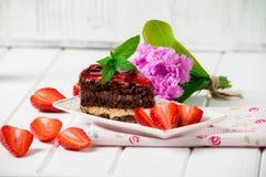 Bolo de chocolate saboroso com as bagas no fim da tabela acima, bolo de chocolate, chocolate Fotos de Stock
