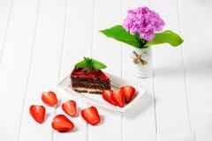 Bolo de chocolate saboroso com as bagas no fim da tabela acima, bolo de chocolate, chocolate Imagens de Stock