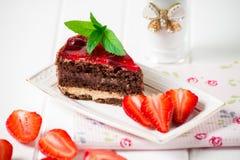 Bolo de chocolate saboroso com as bagas no fim da tabela acima, bolo de chocolate, chocolate Imagem de Stock Royalty Free