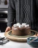 Bolo de chocolate saboroso com cobertura do marshmallow Foto de Stock