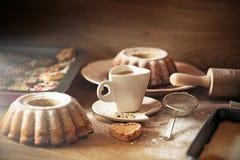 Bolo de cozimento na cozinha de madeira rústica Imagens de Stock Royalty Free