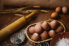 Bolo de cozimento na cozinha rural - ovos dos ingredientes da receita da massa, farinha, açúcar na tabela de madeira do vintage d Fotos de Stock Royalty Free