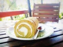 bolo de creme doce do rolo no prato branco Imagem de Stock