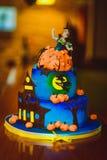 Bolo de Dia das Bruxas Doçura festiva Bolo azul com figuras das abóboras e das bruxas fotos de stock royalty free