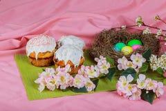 Bolo de Easter e ovos coloridos imagem de stock royalty free