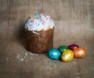 Bolo de Easter e ovos de easter Easter feliz Imagens de Stock