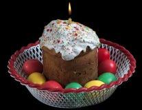 Bolo de Easter e ovos pintados Fotografia de Stock Royalty Free