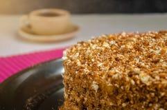 Bolo de esponja caseiro com o creme da manteiga e o leite condensado fervido fotografia de stock