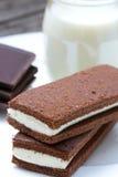 Bolo de esponja caseiro do chocolate com o enchimento leitoso macio Closeu imagem de stock royalty free