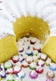 Bolo de esponja circular e confeitos cobertos de açúcar cor-variados do chocolate Fotografia de Stock Royalty Free