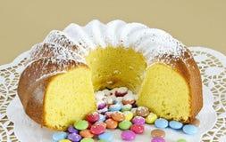 Bolo de esponja circular e confeitos cobertos de açúcar cor-variados do chocolate Imagens de Stock Royalty Free