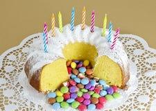 Bolo de esponja circular e confeitos cobertos de açúcar cor-variados do chocolate Imagens de Stock