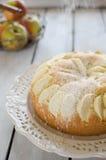Bolo de esponja com as maçãs polvilhadas com o açúcar pulverizado Fotografia de Stock