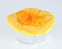 Bolo de esponja com o bolo tailandês do toppingSponge da sobremesa das linhas douradas com cobertura tailandesa da sobremesa das l Fotos de Stock Royalty Free