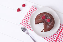 Bolo de esponja do chocolate e deserto das framboesas Foto de Stock