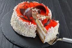 Bolo de esponja mergulhado com a musse do queijo creme fotos de stock
