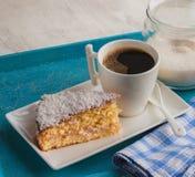 Bolo de esponja quente do coffeeand na tabela cinzenta Imagens de Stock Royalty Free