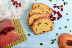 Bolo de frutas festivo macio com as passas e os arandos secados, decorados com crosta de gelo do açúcar Imagem de Stock