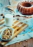 bolo de frutas, leite, fundo Foto de Stock Royalty Free