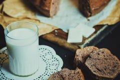 bolo de frutas, leite, fundo Fotografia de Stock