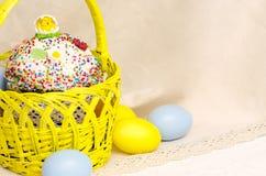 Bolo de Kulich com decoração de easter e os ovos coloridos Fotos de Stock Royalty Free