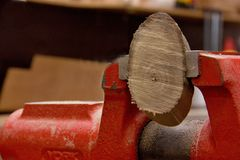 Bolo de madeira feito a mão no torno fotos de stock