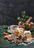 Bolo de mel com alimento doce festivo da decoração do Natal das especiarias imagens de stock royalty free