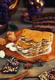 Bolo de mel com o chá nuts do chocolate que encontra-se na tabela fotografia de stock
