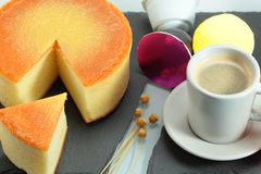 Bolo de mel dourado imagens de stock
