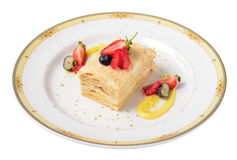 Bolo de Napoleon com framboesas, morangos, mirtilos servidos Imagem de Stock