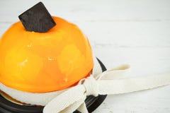 Bolo de queijo alaranjado com chocolate e fita imagens de stock
