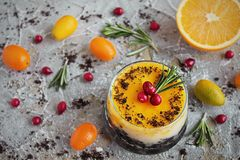 Bolo de queijo alaranjado delicioso em um ramekin de vidro Imagem de Stock