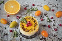 Bolo de queijo alaranjado delicioso em um ramekin de vidro Imagens de Stock Royalty Free