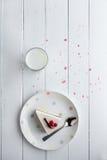 Bolo de queijo branco com bagas vermelhas em uma tabela de madeira Ainda vida 1 Imagens de Stock Royalty Free