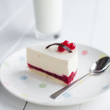 Bolo de queijo branco com bagas vermelhas em uma tabela de madeira Ainda vida 1 Foto de Stock